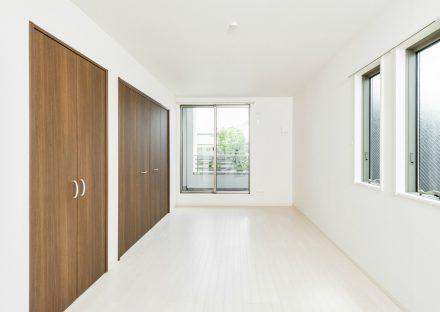 愛知県豊田市の収納扉がアクセントカラーの洋室