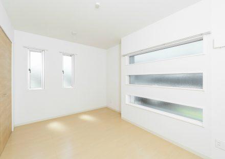 愛知県日進市のメゾネット賃貸の窓がおしゃれな洋室