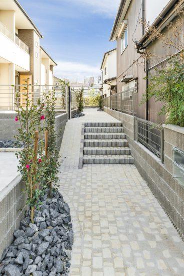 愛知県春日井市のメゾネット賃貸アパートのきれいな植栽のある玄関アプローチ