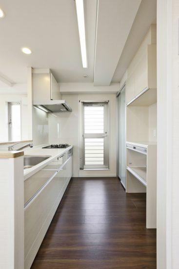 名古屋市東区の医院併用の4階住宅 収納たっぷりのシステムキッチン