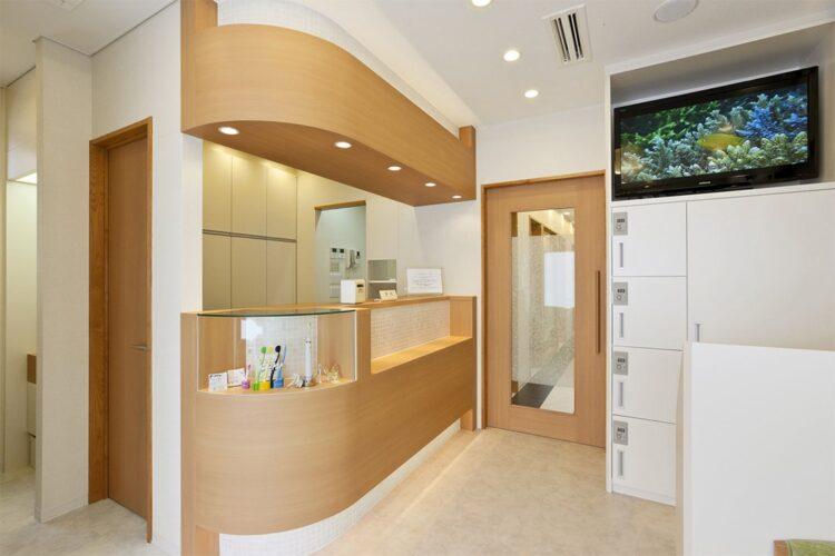 名古屋市東区の医療施設のカウンターが棚になっている2階受付