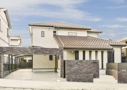 愛知県春日井市の塀と統一感のあるガレージ付き注文住宅の外観デザイン