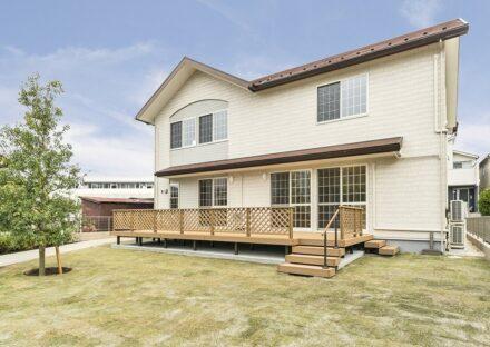 名古屋市名東区の注文住宅のウッドデッキと広い庭のある洋風デザイン