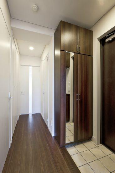 名古屋市東区の医院併用の4階住宅 鏡付きの玄関