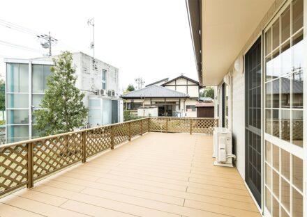 名古屋市名東区の注文住宅の庭からつながる開放感あるウッドデッキ