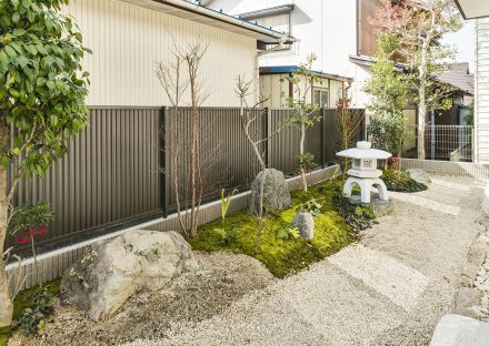 愛知県春日井市の注文住宅の雪見灯篭のある和風の庭