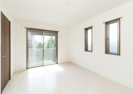 名古屋市名東区の賃貸マンションの明るい洋室の写真