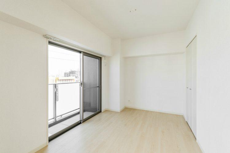 名古屋市中川区の賃貸マンションのシンプルなベランダ付きの洋室