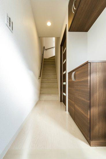 愛知県春日井市のメゾネット賃貸アパートの正面に階段のある玄関