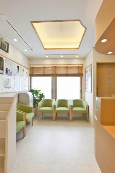 名古屋市東区の医療施設の明るい2階待合室