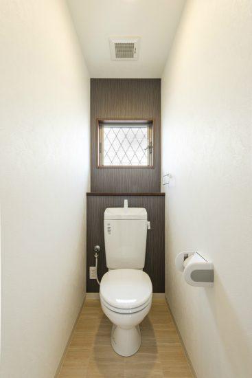 愛知県春日井市のメゾネット賃貸アパートの窓&棚付きトイレ