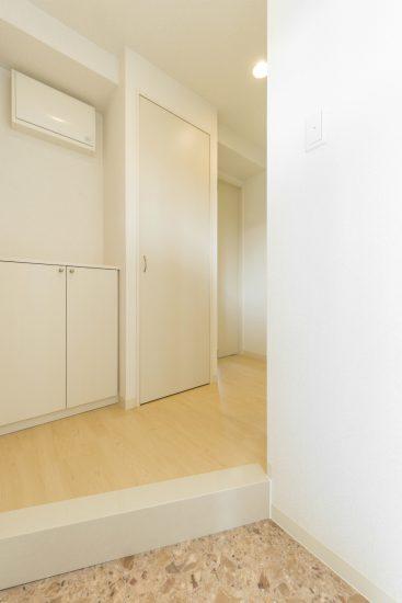 名古屋市中川区の賃貸マンションのナチュラルテイストなシューズボックス付の玄関ホール