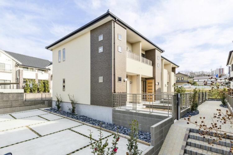 愛知県春日井市の植栽のあるメゾネット賃貸アパート外観&駐車場