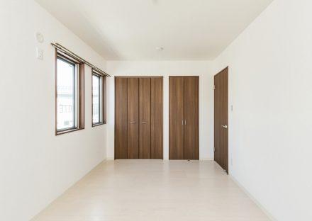 名古屋市名東区の賃貸マンションの収納付きの洋室写真