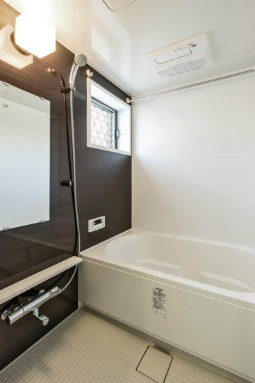 愛知県春日井市のメゾネット賃貸アパートの窓付きゆったりとしたバスルーム