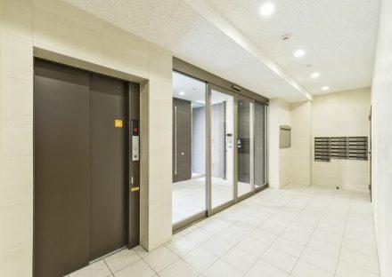 名古屋市中川区の賃貸マンションのメールボックス付きシンプルなデザインのエレベーターホール