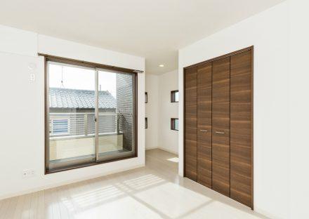愛知県春日井市のメゾネット賃貸アパートのベランダ付きの収納付き洋室