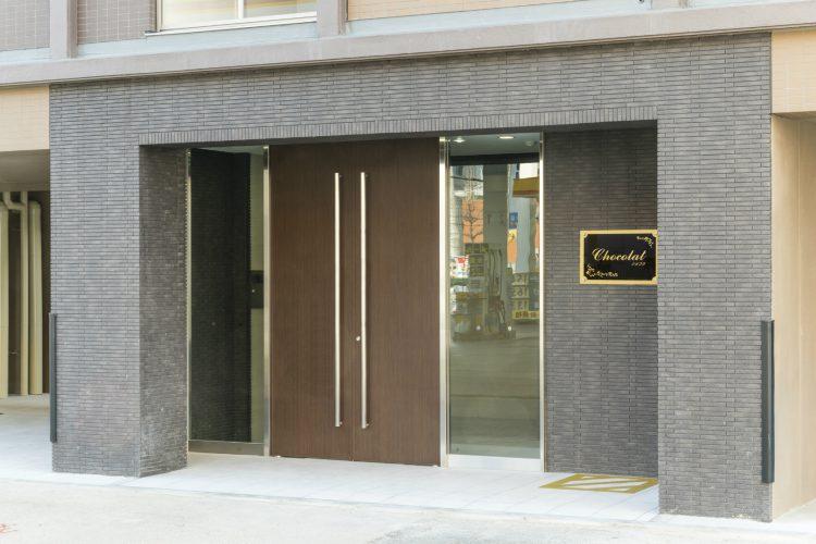 名古屋市中川区の賃貸マンションの重厚感ある庇が高級感を出すエントランス