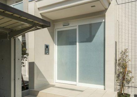 名古屋市西区の全室角部屋2階建てマンションのオートロック付きエントランス