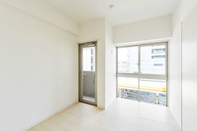 名古屋市中川区の賃貸マンションのベランダとつながる洋室写真