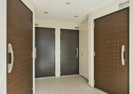 名古屋市西区の全室角部屋2階建てマンションの4つ玄関のあるエントランスホール