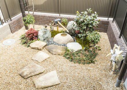 愛知県春日井市の注文住宅の手洗い鉢のある和風の美しいお庭