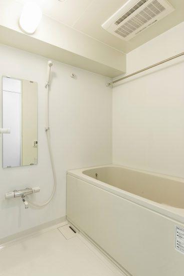 名古屋市中川区の賃貸マンションのシンプルな広々としたバスルーム