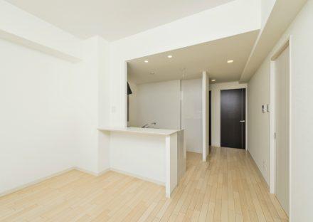 名古屋市西区の全室角部屋2階建てマンションのナチュラルカラーのカウンター付きLDK