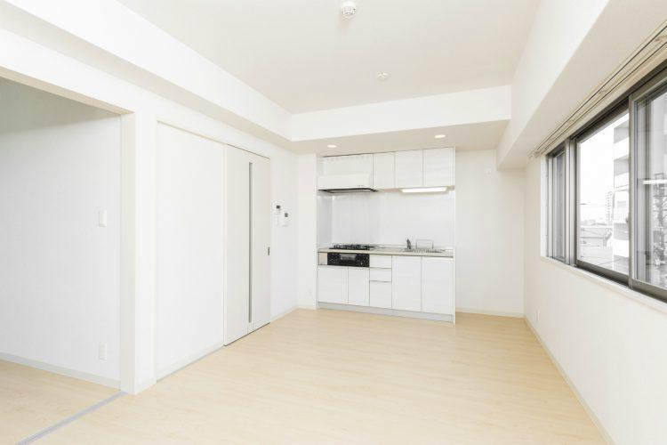 名古屋市中川区の賃貸マンションのキッチン・壁・建具も白で統一されたLDK