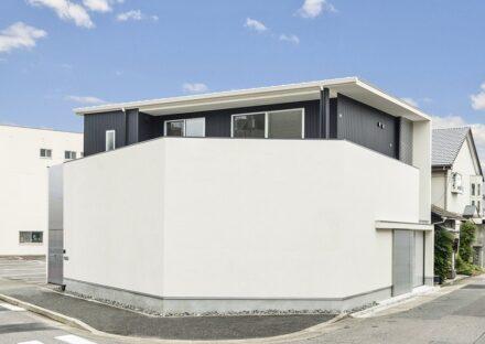 名古屋市千種区の注文住宅の白い壁とダークな建物がモダンなデザイン