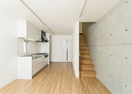 名古屋市天白区の2階建て賃貸マンションのコンクリート打ちっぱなしの壁があるおしゃれなLDK