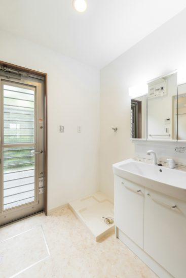 名古屋市昭和区のメゾネット賃貸アパートの勝手口付の明るい洗面室