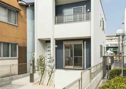 名古屋市北区のモダンなデザイン植栽のある外観の戸建賃貸住宅