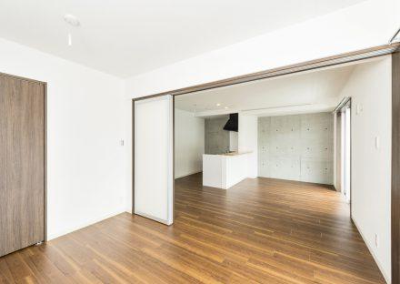 名古屋市天白区の2階建て賃貸マンションのコントラストが高くおしゃれなLDKと洋室