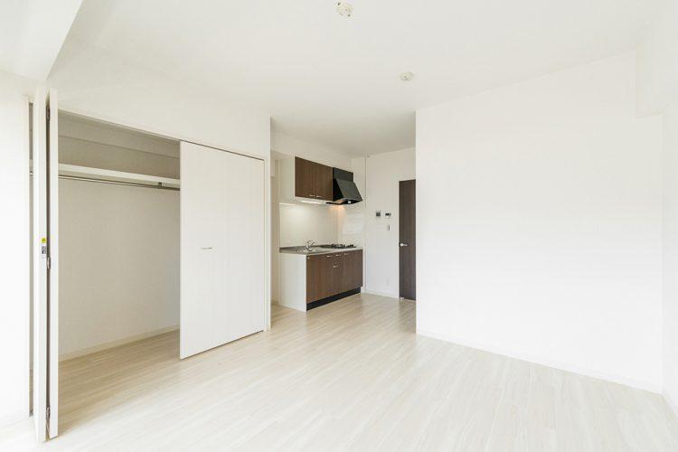 名古屋市中区のワンルームマンションのハンガーパイプの付いたクローゼット付洋室