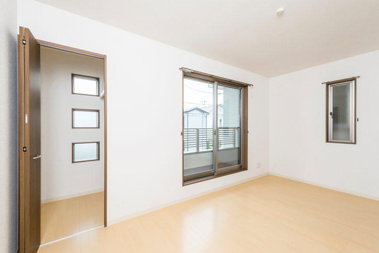 名古屋市昭和区のメゾネット賃貸アパートのベランダとつながる洋室写真