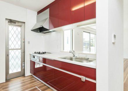 名古屋市名東区の戸建賃貸住宅の赤いシステムキッチン+勝手口