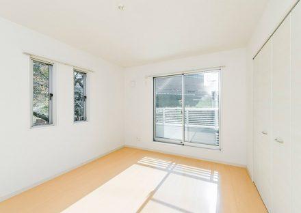 名古屋市守山区のメゾネット賃貸アパートのベランダの付いた明るい収納付き洋室