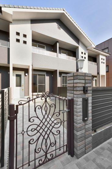 名古屋市天白区のメゾネット賃貸アパートのおしゃれな門扉のあるエントランス