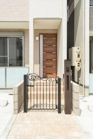 名古屋市昭和区のメゾネット賃貸アパートの門扉がおしゃれな玄関アプローチ