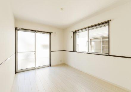 名古屋市名東区の戸建賃貸住宅の明るいラインがおしゃれな洋室