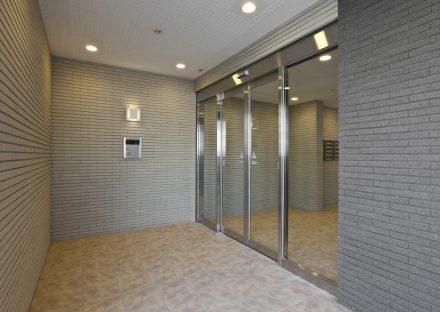 名古屋市名東区の賃貸マンションの凹凸のある壁に囲まれたエントランスホール