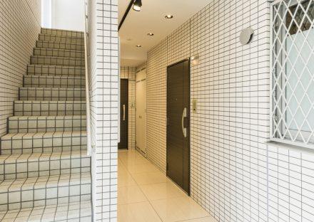 名古屋市天白区の2階建て賃貸マンションのタイルに囲まれたエントランスホール