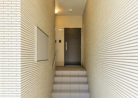 名古屋市緑区の全室角部屋2階建てマンションの掲示板の付いたエントランスホール