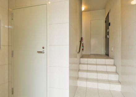 名古屋市西区の全室角部屋賃貸マンションの光沢のある壁のエントランスホール