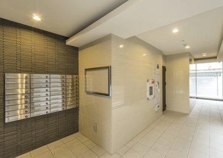 名古屋市名東区の賃貸マンションのメールボックス付きの高級感あるエントランスホール