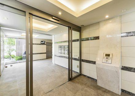 名古屋市名東区の賃貸マンションのガラスが多く明るいエントランスホール