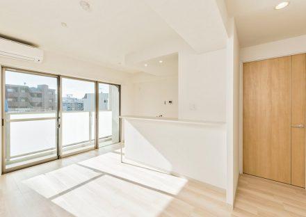 名古屋市名東区の賃貸マンションの大きな窓の付いた明るいLDK
