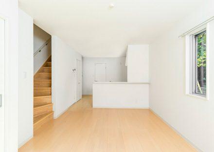 名古屋市守山区のメゾネット賃貸アパートの階段につながるナチュラルテイストなリビングダイニング