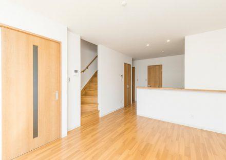 名古屋市名東区のメゾネット賃貸アパートの階段につながるナチュラルテイストなLDK